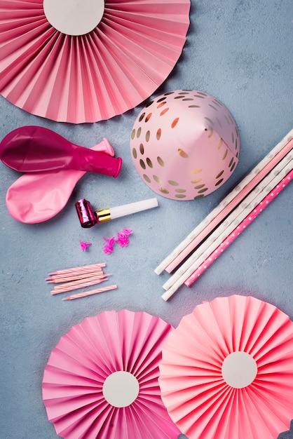 Композиция с розовой праздничной шапкой и свечами Бесплатные Фотографии