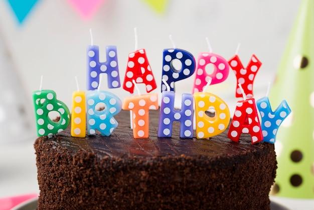 誕生日チョコレートケーキとキャンドルの品揃え 無料写真