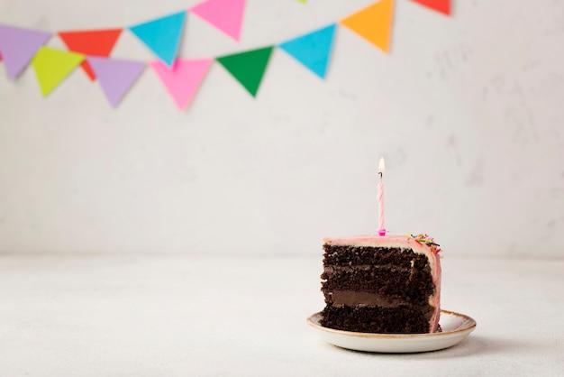 ケーキのスライスと装飾品の配置 無料写真