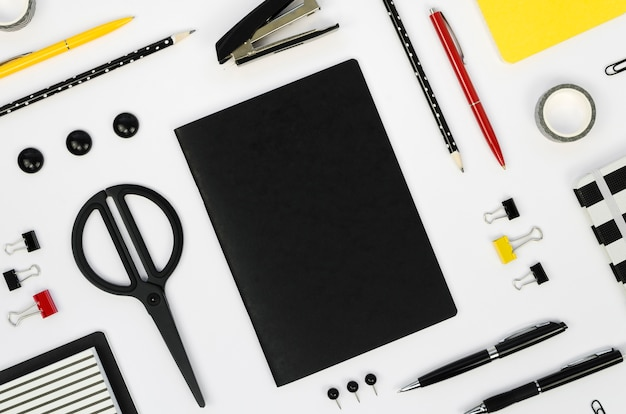 はさみと鉛筆でデスクトップのトップビュー 無料写真