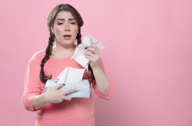 Грустный о чихании, держа салфетки Бесплатные Фотографии