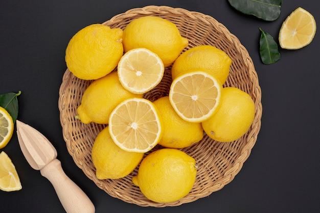 Плоская корзина с лимонами и соковыжималкой Бесплатные Фотографии