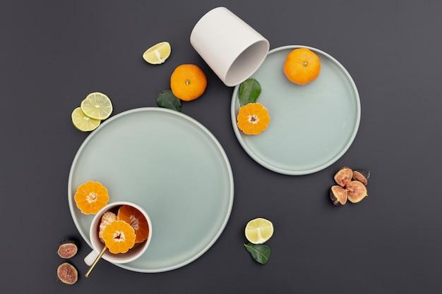 Вид сверху тарелки с мандариновыми ломтиками и инжиром Бесплатные Фотографии