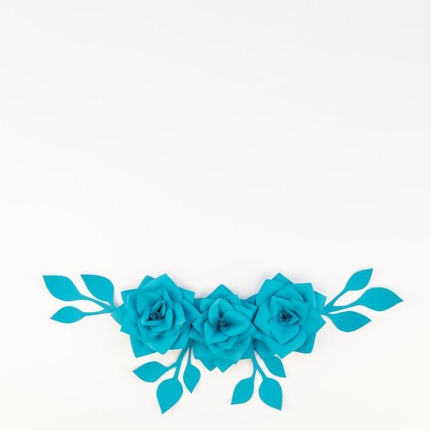 白い背景とフラットレイアウト花飾り 無料写真