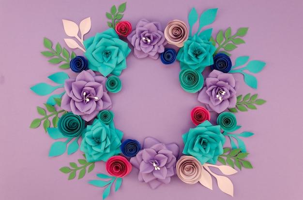 美しい花輪と紫色の背景の配置 無料写真