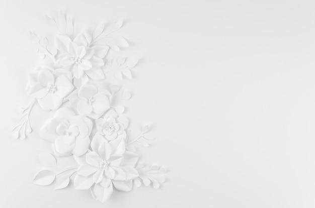 白い背景と芸術的な花のフレーム 無料写真