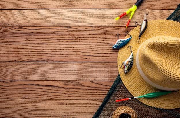 コピースペースと帽子とカラフルな釣り餌のトップビュー 無料写真