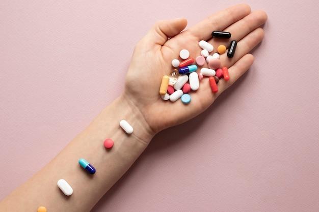 カラフルな薬でいっぱいのトップビュー手 無料写真
