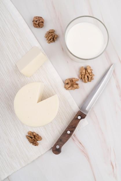 Вид сверху вкусного сыра со стаканом молока Бесплатные Фотографии