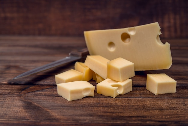 Вкусный выбор сыров на столе Бесплатные Фотографии