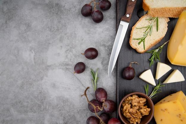 ブドウとクルミとチーズのトップビューおいしい種類 無料写真