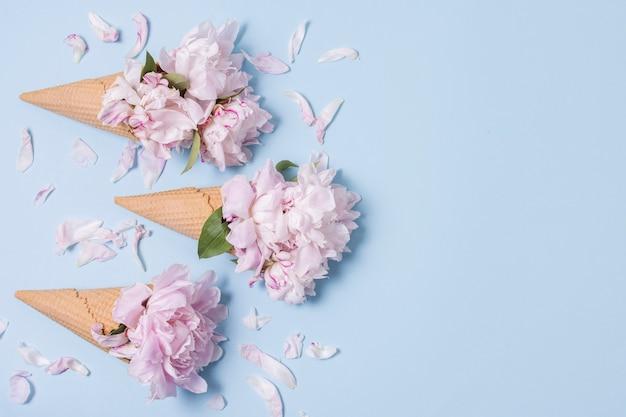 Абстрактное понятие мороженое с цветами и копией пространства Бесплатные Фотографии