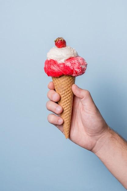 Ванильно-клубничное мороженое на конусе Бесплатные Фотографии