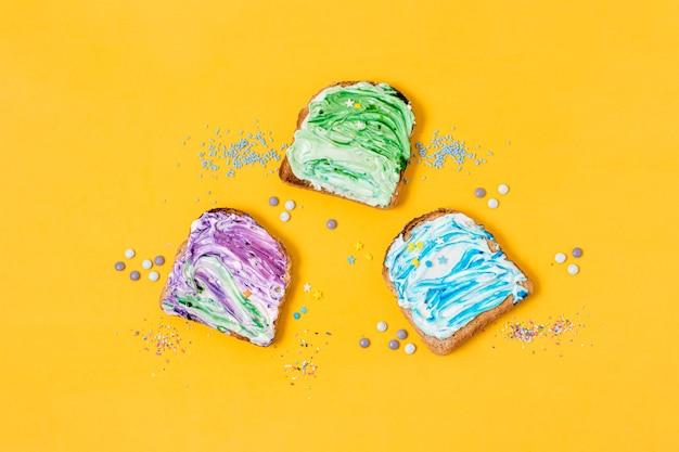 Различные вкусы мороженого на поджаренном хлебе Бесплатные Фотографии