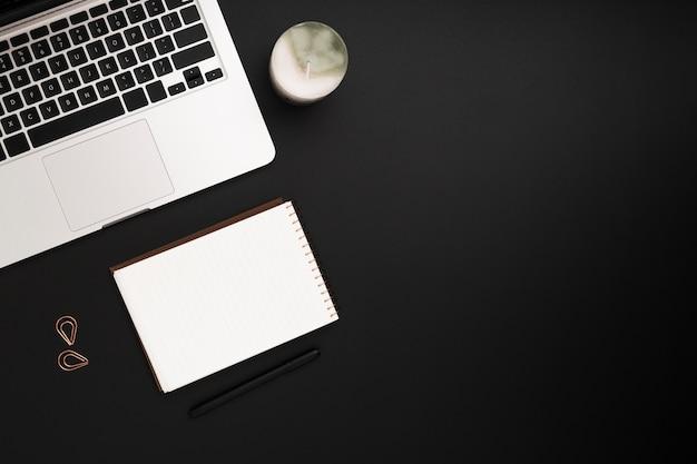 Вид сверху рабочей области с листом бумаги и ноутбуком Бесплатные Фотографии