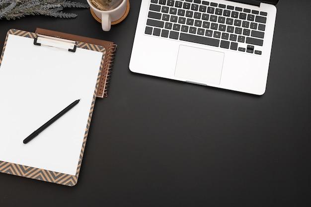 Вид сверху рабочей области с ноутбуком и блокнотом Бесплатные Фотографии