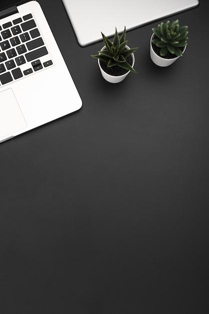 ノートパソコンとコピースペースとワークスペースのトップビュー 無料写真