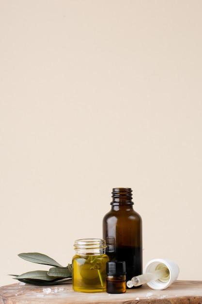 オイルとローズマリーのクローズアッププラスチックボトル 無料写真