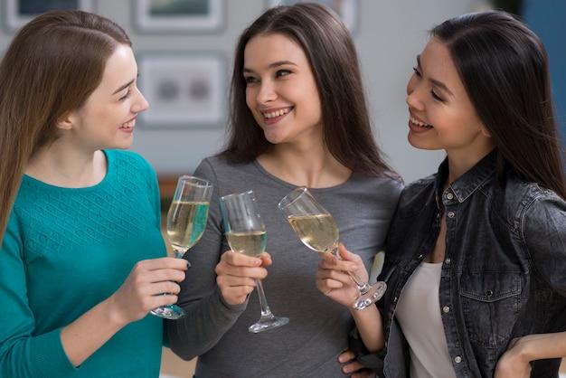 Красивые молодые женщины празднуют с бокалами шампанского Бесплатные Фотографии