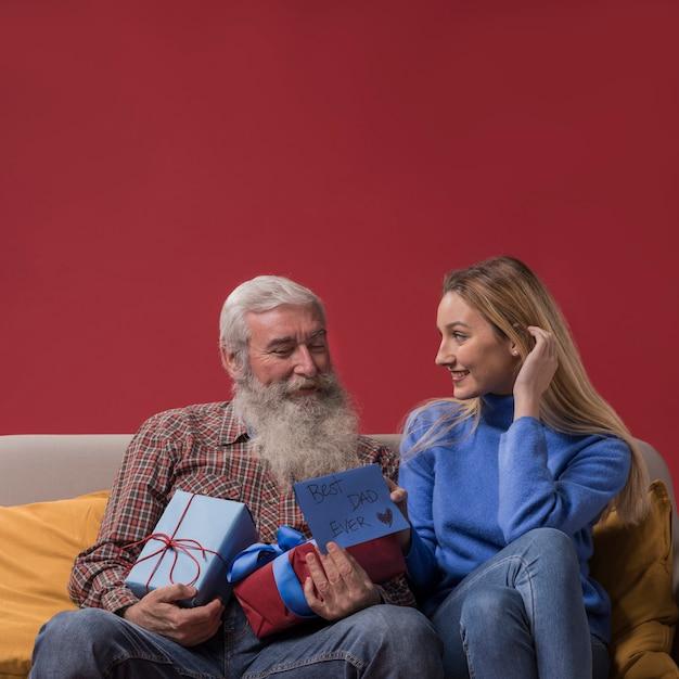 Дочь удивляет ее отца Бесплатные Фотографии