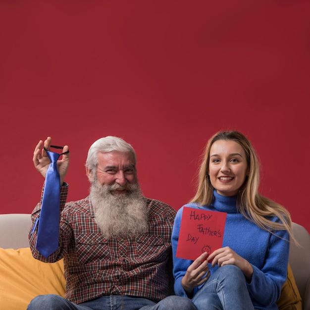 Дочь с отцовской поздравительной открыткой Бесплатные Фотографии