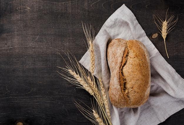 Хлеб с зерном и пшеницей на ткани Бесплатные Фотографии