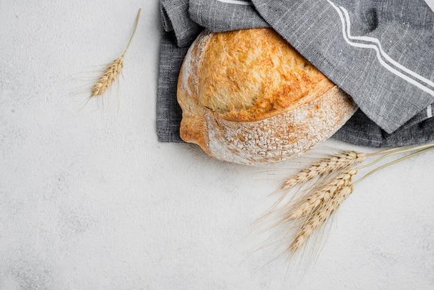 Белый хлеб в синей кухонной ткани Бесплатные Фотографии