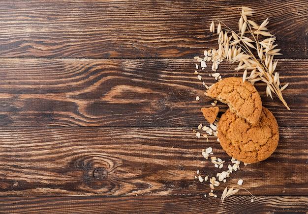 Печенье и пшеница с копией пространства деревянными фоне Бесплатные Фотографии