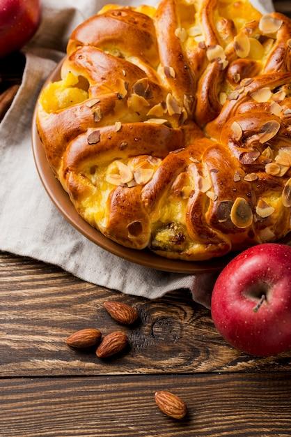 おいしい新鮮なアップルパイとアーモンドの種 無料写真