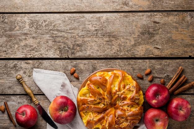 Композиция из пирога и яблок с копией космического фона Бесплатные Фотографии