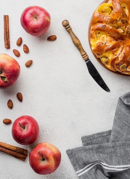 ナイフ上面とおいしいアップルパイ 無料写真