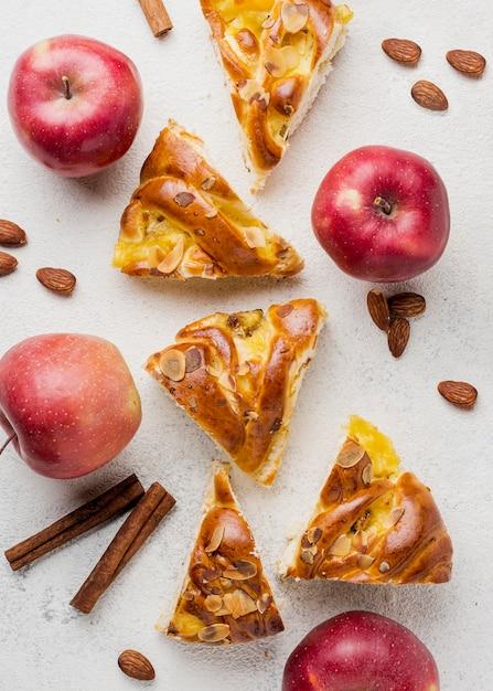 Ломтики свежего яблочного пирога и питательных фруктов Бесплатные Фотографии