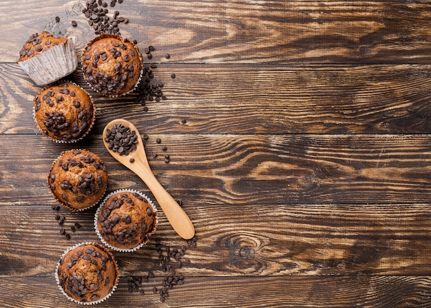 Вкусные кексы с ложкой и шоколадной стружкой Бесплатные Фотографии