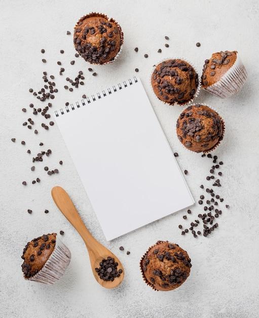 Шоколадные кексы и блокнот Бесплатные Фотографии