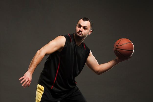 Взгляд со стороны баскетболиста представляя во время игры Бесплатные Фотографии