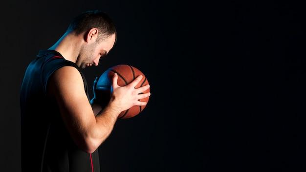 Вид сбоку баскетболиста с копией пространства Бесплатные Фотографии