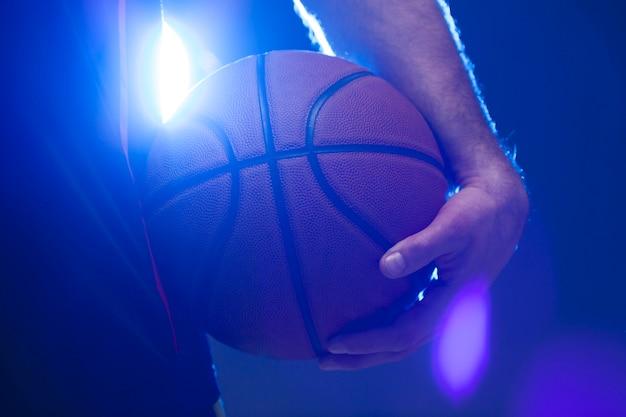 Вид спереди баскетбола, проведенного игроком Бесплатные Фотографии