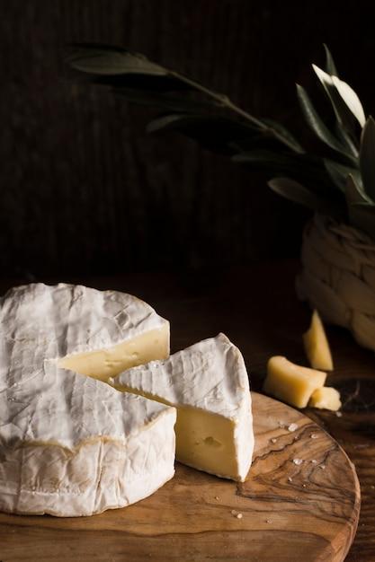 Высокоугольная сырная композиция на столе Бесплатные Фотографии