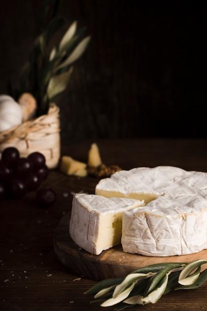 Ассортимент сыров высокого угла на столе Бесплатные Фотографии