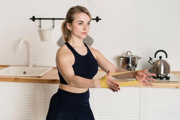 Молодая женщина работает с резинками Бесплатные Фотографии