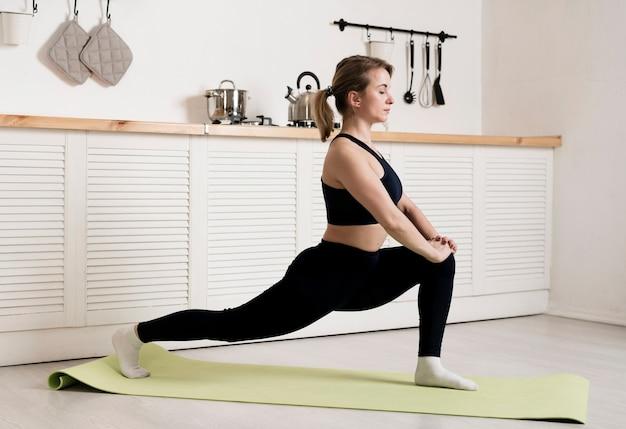 若い女性の自宅でトレーニング 無料写真