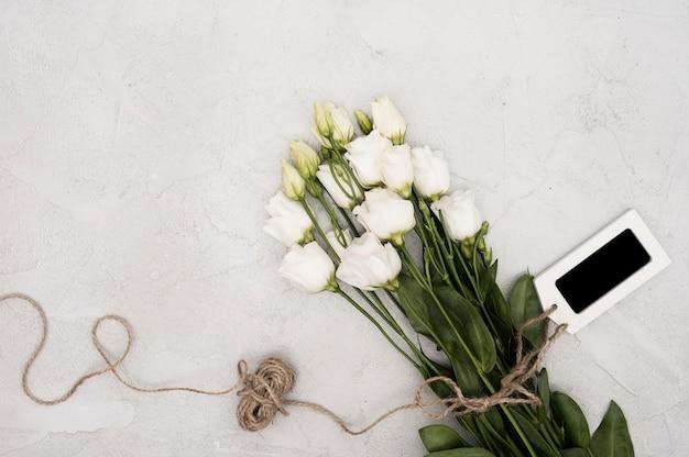 Вид сверху белых роз с этикеткой Бесплатные Фотографии