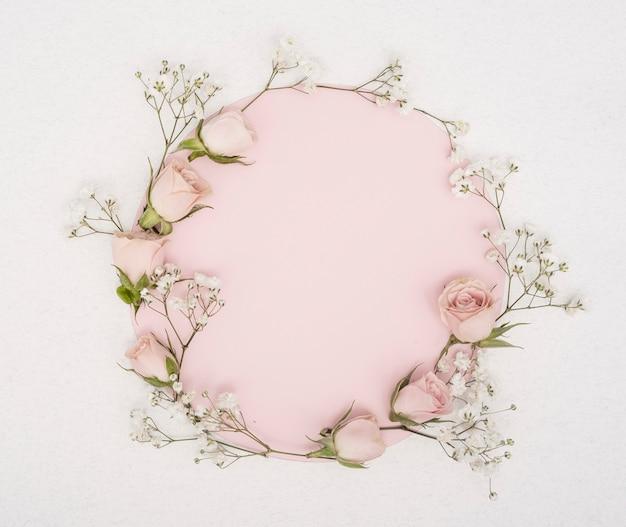 Розовая копия пространства и рама из бутонов роз Бесплатные Фотографии