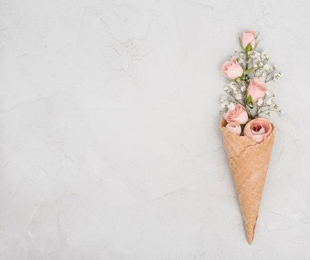 Бутоны роз в конус мороженого и копией пространства Бесплатные Фотографии