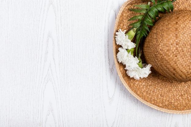 花とコピースペースを持つ夏帽子 無料写真