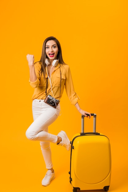 荷物の横にある幸せな女の正面図 無料写真