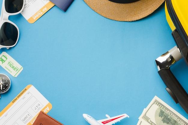 Плоский набор предметов первой необходимости с солнцезащитными очками и деньгами Бесплатные Фотографии