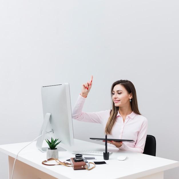 Вид спереди женщины, имея идею во время работы на своем столе Бесплатные Фотографии