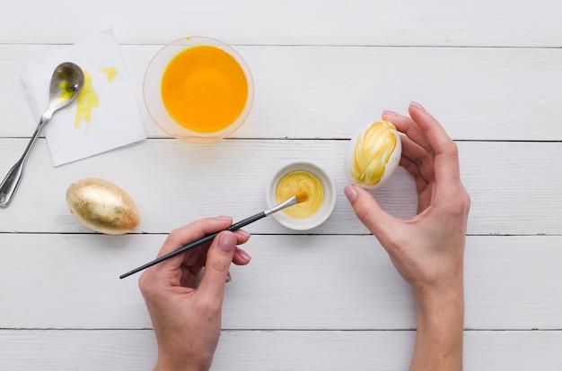 イースターの卵を塗る手のトップビュー 無料写真