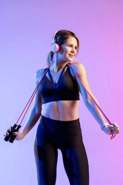 Низкая угловая тренировка женщины со скакалкой Бесплатные Фотографии